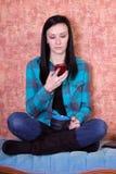 Café de consumición y Texting del adolescente Foto de archivo libre de regalías
