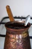 Café de cozimento/de ebulição no gás-fogão branco Fotografia de Stock Royalty Free