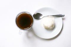 Café de crème glacée et grains de café sur le fond blanc Photographie stock