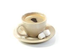 Café de cuvette avec des parts de sucre image libre de droits