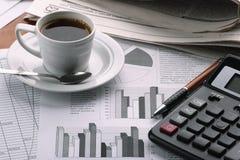 Café de cuvette sur des informations commerciales Photographie stock