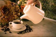Café de derramamento Fotografia de Stock Royalty Free