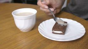 Café de derramamento da mulher na parte de bolo de chocolate mão do close-up filme