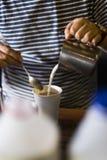 Café de derramamento do garçom no café local Imagens de Stock