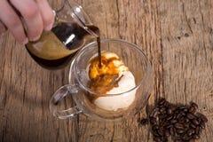 Café de derramamento do café no gelado de baunilha no dobrado Fotos de Stock