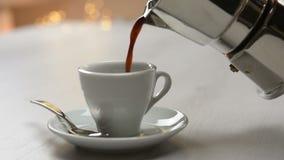 Café de derramamento do potenciômetro do café vídeos de arquivo