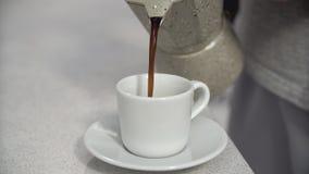 Café de derramamento no copo, close up da bebida da manhã video estoque
