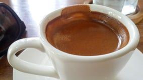 Café de café express dans la cuvette blanche Images libres de droits