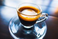 Café de café express dans la cuvette en verre Photos stock
