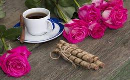 Café de fête de carte, enchaînement des biscuits et roses roses sur chaque s Images stock
