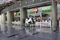 Café de famille dans l'aéroport international Vnukovo Moscou - juillet 2017 Photos stock