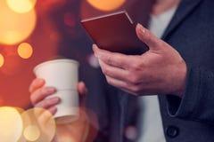 Café de femme d'affaires et téléphone portable potables d'utilisation photo libre de droits