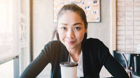 Café de gelo da bebida da mulher fotografia de stock royalty free