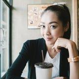 Café de gelo da bebida da mulher imagem de stock