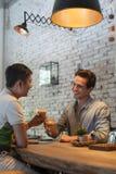 Café de glace de boissons de pain grillé de deux acclamations d'hommes, mélange asiatique Images libres de droits