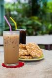 Café de glace et americano avec le biscuit de riz (Khao Tan) Photo stock