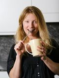 Café de goce rubio hermoso Foto de archivo