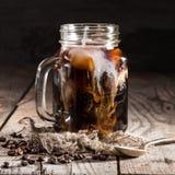 Café de hielo en una taza del tarro con crema fotos de archivo libres de regalías