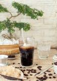 Café de hielo vietnamita, tailandés tradicional con las habas en fondo de madera fotos de archivo libres de regalías