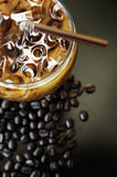 Café de hielo y granos de café foto de archivo