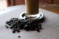 Café de hielo y granos de café Fotos de archivo libres de regalías