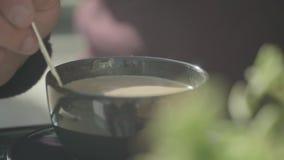 Café de la agitación de la mano del hombre en una taza metrajes