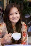 Café de la bebida de la chica joven de la belleza Fotografía de archivo libre de regalías