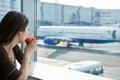 Café de la bebida de la mujer en aeropuerto Fotografía de archivo libre de regalías