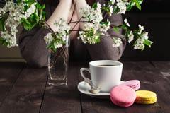 Café de la bebida de la mujer y pensamiento en vida Imagenes de archivo