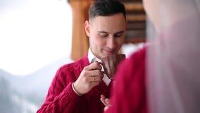 Café de la bebida del novio y de la novia o té fuera de las tazas en un balcón de la cabaña de madera del chalet del registro en  metrajes