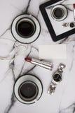 Café de la buena mañana con los accesorios de la mujer con la sobremesa de mármol el domingo perezoso Foto de archivo