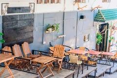 Café de la ciudad del verano con las decoraciones imagen de archivo libre de regalías