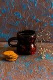 Café de la composición del vintage en taza y galletas Imagenes de archivo