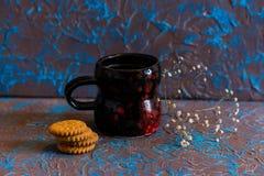 Café de la composición del vintage en taza y galletas Foto de archivo libre de regalías