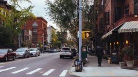 Café de la esquina y casas viejas de Brooklyn en la oscuridad imagen de archivo
