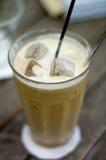 Café de la leche - mezclado adentro con hielo Foto de archivo libre de regalías