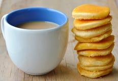 Café de la leche y mini crepe en la tabla Imagenes de archivo