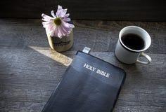 Café de la mañana con la biblia iluminada por la luz del sol imagenes de archivo