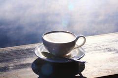 Café de la mañana con la cubierta de la niebla el lago Fotos de archivo