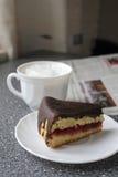 Café de la mañana con la torta y el periódico Imagen de archivo libre de regalías