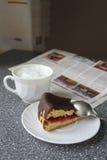 Café de la mañana con la torta y el periódico Imagen de archivo