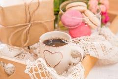 Café de la mañana con las flores y los macarrones Concepto del ` de la tarjeta del día de San Valentín del día del ` s de Mather fotos de archivo libres de regalías