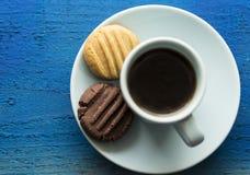 Café de la mañana con las galletas marrones y blancas Fotos de archivo libres de regalías