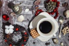 Café de la mañana con las galletas Todavía vida con las gotas Foto de archivo
