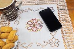 Café de la mañana con la leche y las galletas en una tabla de madera, cuaderno, diario Fotografía de archivo libre de regalías