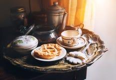 Café de la mañana con los apoyos de la cocina del vintage y las galletas hechas en casa imágenes de archivo libres de regalías