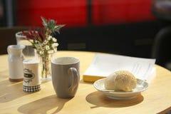 Café de la mañana con un buen libro Fotos de archivo