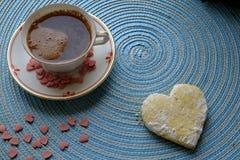 Café de la mañana del día de tarjeta del día de San Valentín con un paisaje de la galleta imagen de archivo libre de regalías