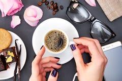 Café de la mañana, diseño plano de la endecha con las galletas y taza de café foto de archivo