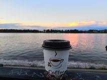 Café de la mañana en el terraplén del río Volga foto de archivo